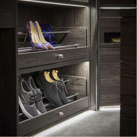 Premier exemple de porte-chaussures, un accessoire pour garde robe